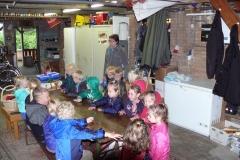 Kinderen Folefinne naar het boekenhuisje