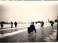 Fotoalbum Rein Weiland, Op de prikslee op de ijsbaan aan de zwette met Hinze Weiland