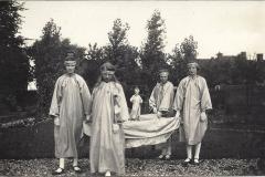 Fotoalbum Auke Hoekstra, 036, jierren 20-30, processie yn de pastorytún