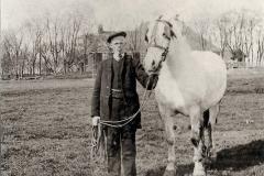Fotoalbum Auke Hoekstra, 089, Deze foto is gemaakt op Bloemkamp (Olde Klooster) 1900 Hartwerd Auke Hoekstra met de oude Witte EW