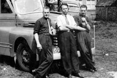 Fotoalbum Dirk Sybrandy, 001, 3 mannen foar de bus binne net allegear bekend, wol de broers Sijbren en Wiebe oan de bûtenkant. Kenteken fan de bus B-36937 út 1949