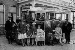 Fotoalbum Dirk Sybrandy, 002, De âlde busfoto mei famylje Sijpersma is waarskynlik nommen yn Oranjewâld 1930