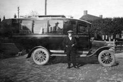 Fotoalbum Dirk Sybrandy, 006, Pake Sijbren Sijpersma fan Dirk Sybrandy mei syn earste bus.(1922), Letter waad dit Fryslans Reiswein