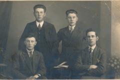 Fotoalbum Fam. Laumann-Kingma, Groepsfoto 1930, Geart Wassenaar - Ingelum, Klaas vd Leest - Stiens, Jaap Kingma - Easterwierrum en Bertus vd Veen - Tytsjerk