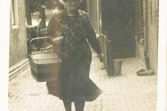 Fotoalbum Laumann-Kingma, Anna Bijlsma-Altenburg, rinnend yn e Steech Easterwierrum, jier net bekend