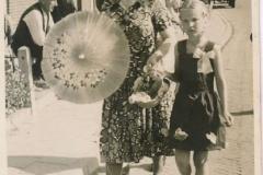 Fotoalbum Laumann-Kingma, Wapke Bijlsma met parasol en famke is Ant Kingma, derefter is Wokke Kingma-Bijlsma, 26-08-1955
