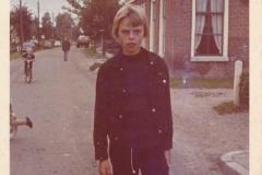 Fotoalbum Piet Boersma, 043, Piet Boersma op de Doarpsstrjitte foar it hûs Jelle Bouma, Merke, Kermis, 1972