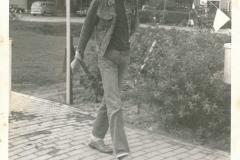 Fotoalbum Piet Boersma, 046, Piet Boersma op it âlde paad rjochting it sportfield tiidens merke, jierren 77