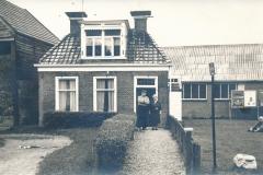 Fotoalbum Piet Boersma, 054, Heit en Beppe mina, foar it hûs fan Jelle Bouma, wat jier, wat nûmer