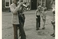 Fotoalbum Piet Boersma, 055, Piet Boersma 15 jier, 02-08-1974, merke, kermis, op de Doarpsstrjitte