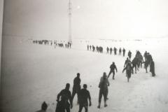 Fotoalbum Yda Terwisscha van Scheltinga, Elfstedentocht 1963 voorbij het sluisje