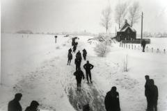Fotoalbum Yda Terwisscha van Scheltinga, Elstedentocht 1963 nabij het sluisje