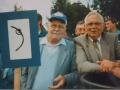 039 Fotoalbum Bokke Eekerk, 021, Merke jierren 80, Sybren Sypersma en Bote Boersma, Juut Hoogma en Evert Altenburg op de achtergrûn