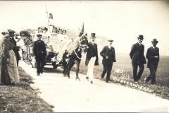 Fotoalbum Gerben Boersma, 012, Onafhankelijkheidsfeesten 1913 paard bij de teugel Pieter Gerben Boersma, naast paard Douwe Jisk Hoogma, rechts Tjerk Douma en v.d. Meer. Dames op de wagen