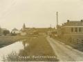 1930_Easterwierrum_Singel_met_op_de_achtergrond_de_timmerfabriek