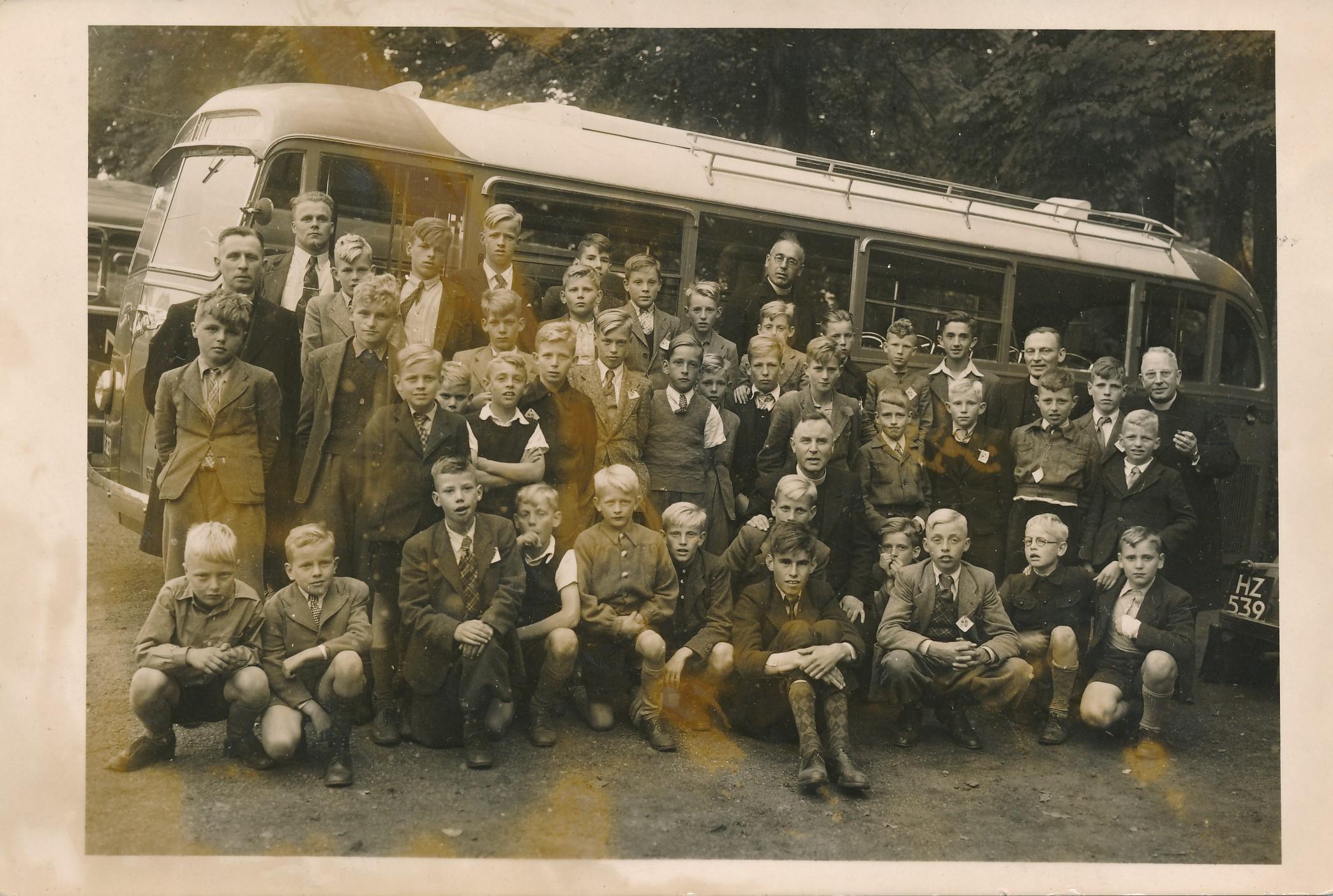 Fotoalbum Andre Kamsma, 003, oan pastoar A. B. de Jong, Easterwierrum 14 oktober 1949, misdienaars Easterwierrum, Reahûs en Jirnsum