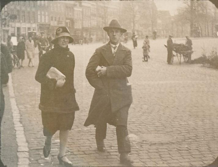 Fotoalbum Andre Kamsma, 011, Bauke Kamsma en Anne Tekstra foar harren trouwen op de nijstêd yn Ljouwert