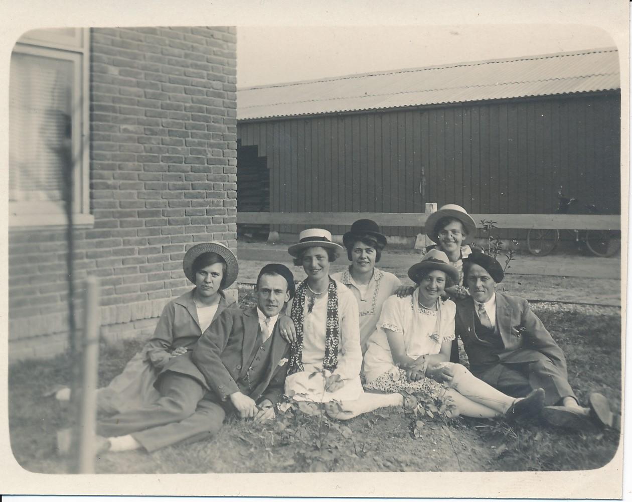 Fotoalbum Andre Kamsma, 012, Geheel links Anna Tekstra, Bauke Kamsma, gehiel rjochts Sytse en Oeke, yn Raalte by de Douma fabryk, rûnom 1920.