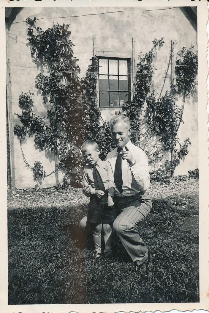 Fotoalbum Andre Kamsma, 019, Faas Poelsma, neef fan Anna Tekstra, wenne yn Amsterdam. Foto is makke yn Easterwierrum, jierren 30