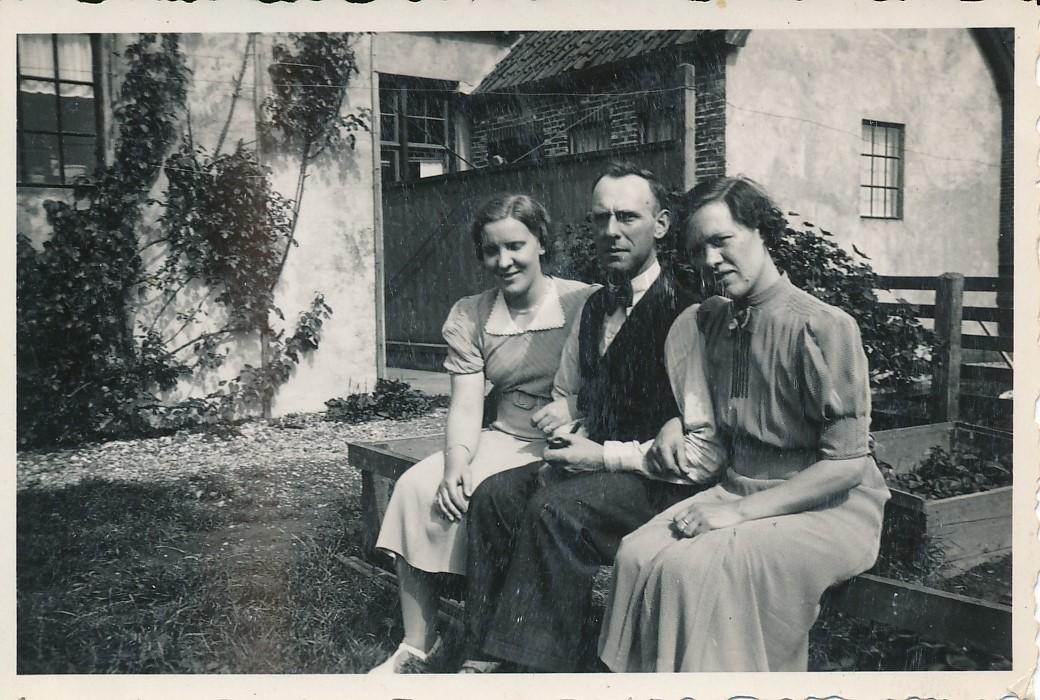 Fotoalbum Andre Kamsma, 021, Rie Poelsma, Bauke Kamsma en Anna Tekstra, jierren 30