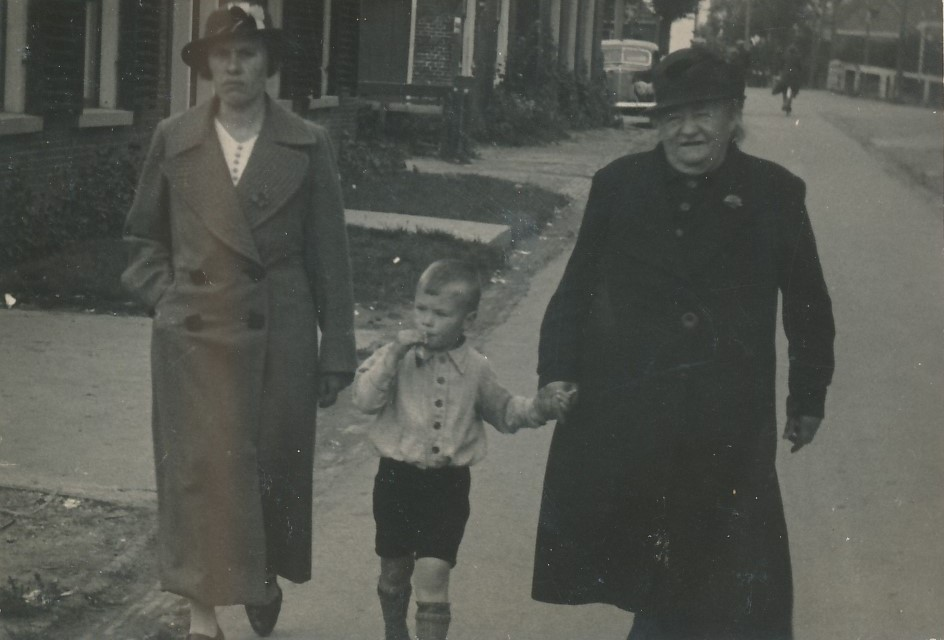 Fotoalbum Andre Kamsma, 030, Anna Kamsma-Tekstra, Lauw Kamsma en Otje Palsma (hushâldster fan Pake Andre Kamsma) op de Doarpsstrjitte,6-09-1938