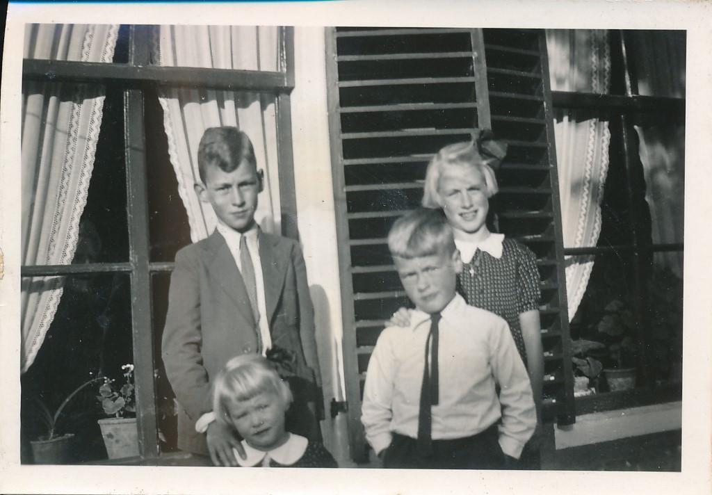 Fotoalbum Andre Kamsma, 034, Fam. Kamsma oan de âld feart, Andre, Lauw, Julia en Rjimke, jierren 30