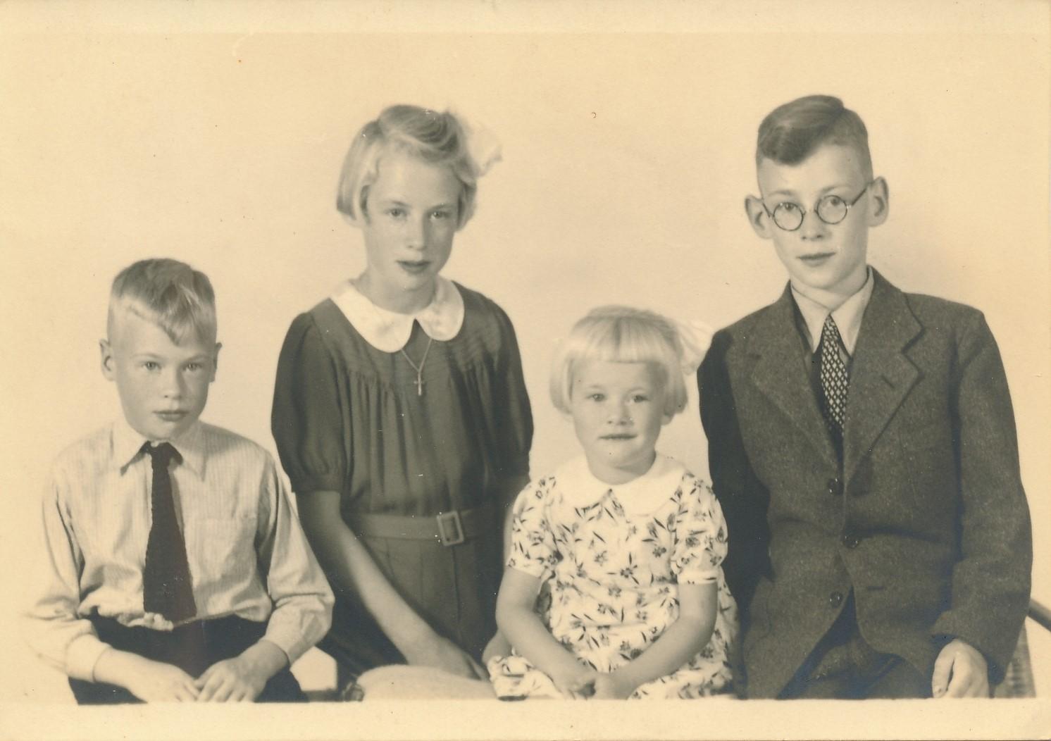 Fotoalbum Andre Kamsma, 037, Ter gelegenheid fan plechtige Kommunie fan Julia en Andre Kamsma, jierren 40, Lauw en Rjimke stean ek op de foto
