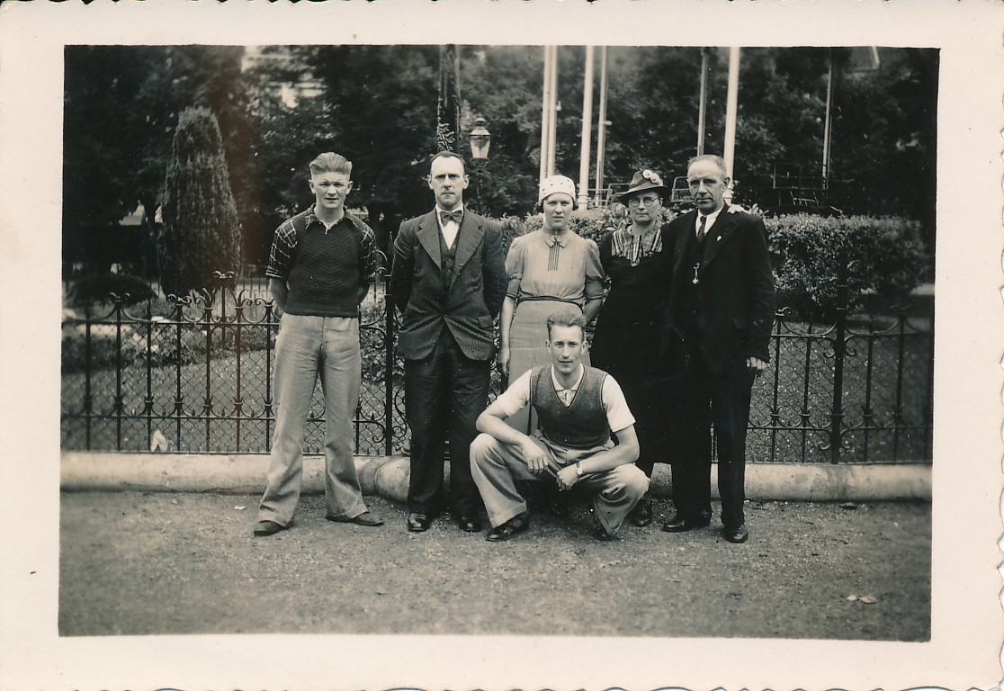 Fotoalbum Andre Kamsma, 038, Anna Kamsma-Tekstra, Bauke Kamsma, Tante Klaske en Omke Johannes op fakânsje yn Limburg, flak foar de oarloch