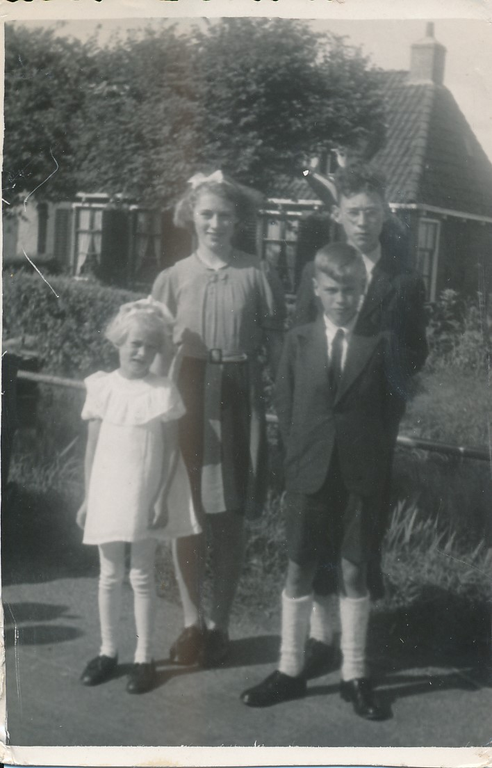 Fotoalbum Andre Kamsma, 042, 25 jierrich jubileum fan Pastoar van Oostrum, op de achtergrûn it hûs oan de âld feart oan de Dilledyk, 15-08-1946