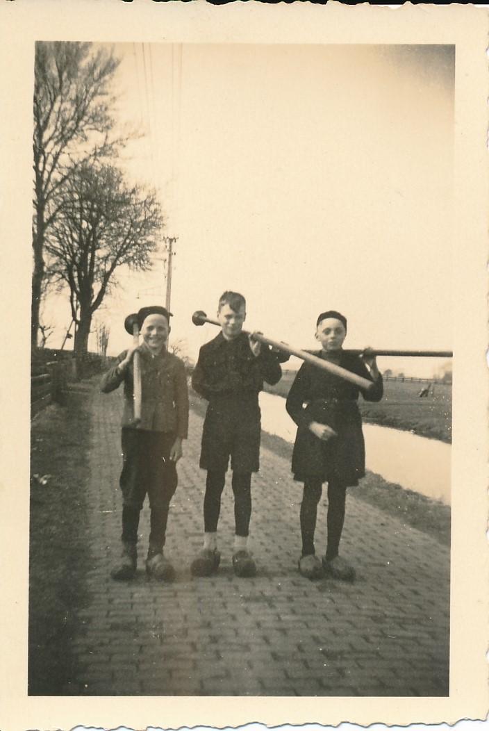Fotoalbum Andre Kamsma, 043, fan links nei rjochts, Theo Dijkstra, Lauw Kamsma en Bauke Altenburg op e Singel, jierren 40