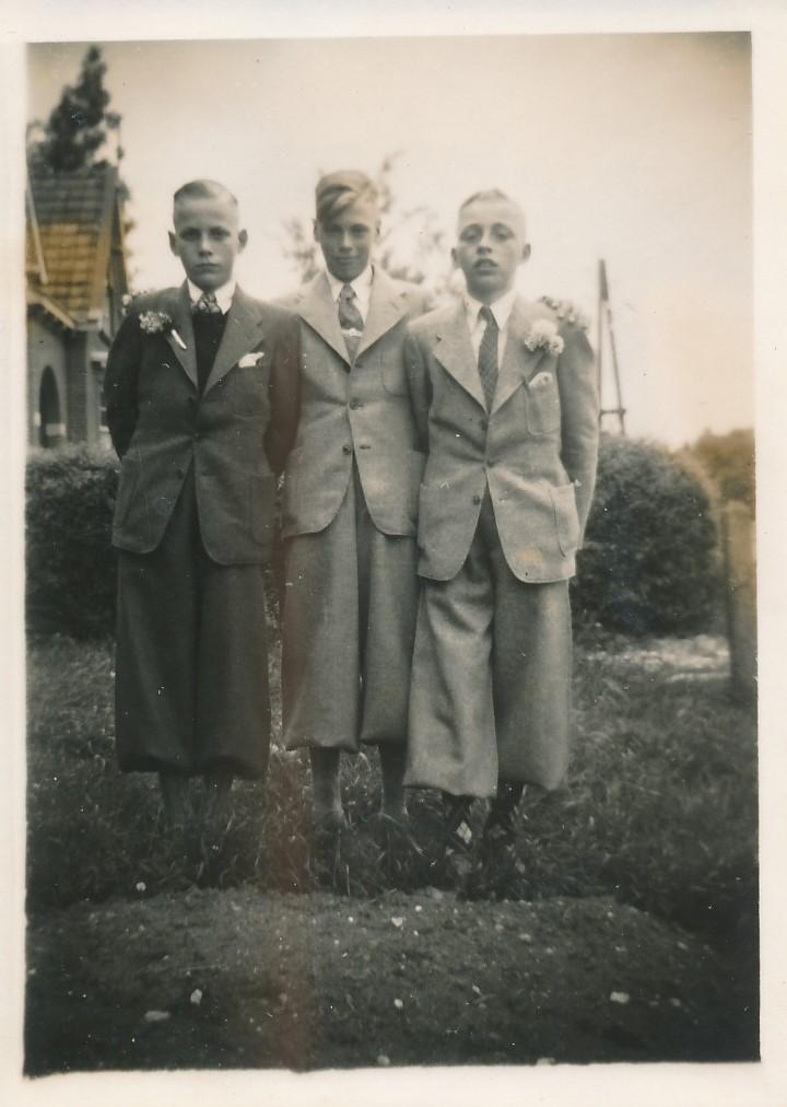 Fotoalbum Andre Kamsma, 044, Theo Dijkstra, Lauw Kamsma en Bauke Altenburg op de Dilledyk, jierren 40