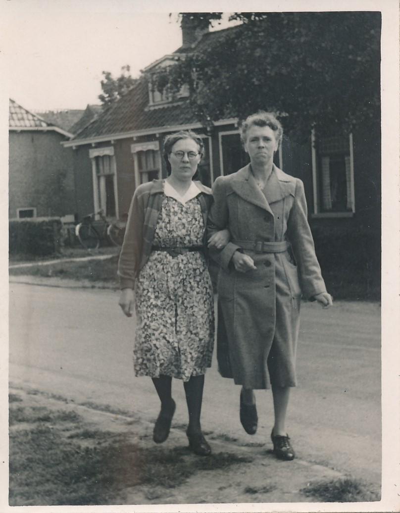 Fotoalbum Andre Kamsma, 047, Anna-Kamsma-Tekstra en Hieke Kamsma, op de Doarpsstrjitte, jierren 50
