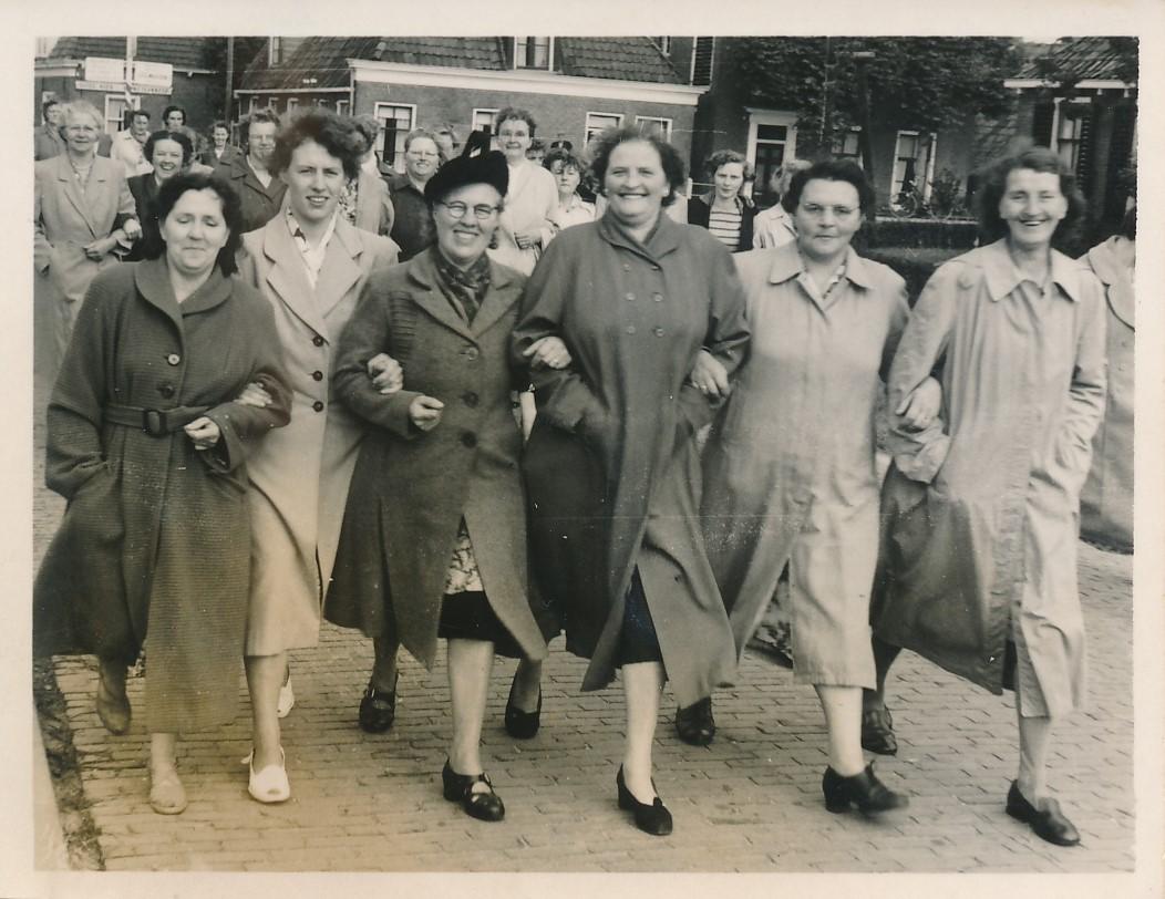 Fotoalbum Andre Kamsma, 048,Trees Hoekstra, Julia Kamsma, Anna-Kamsma-Tekstra, Gatske van de Zee, Janke Weiland en Froukje Noldes Schaafsma, jierren 50