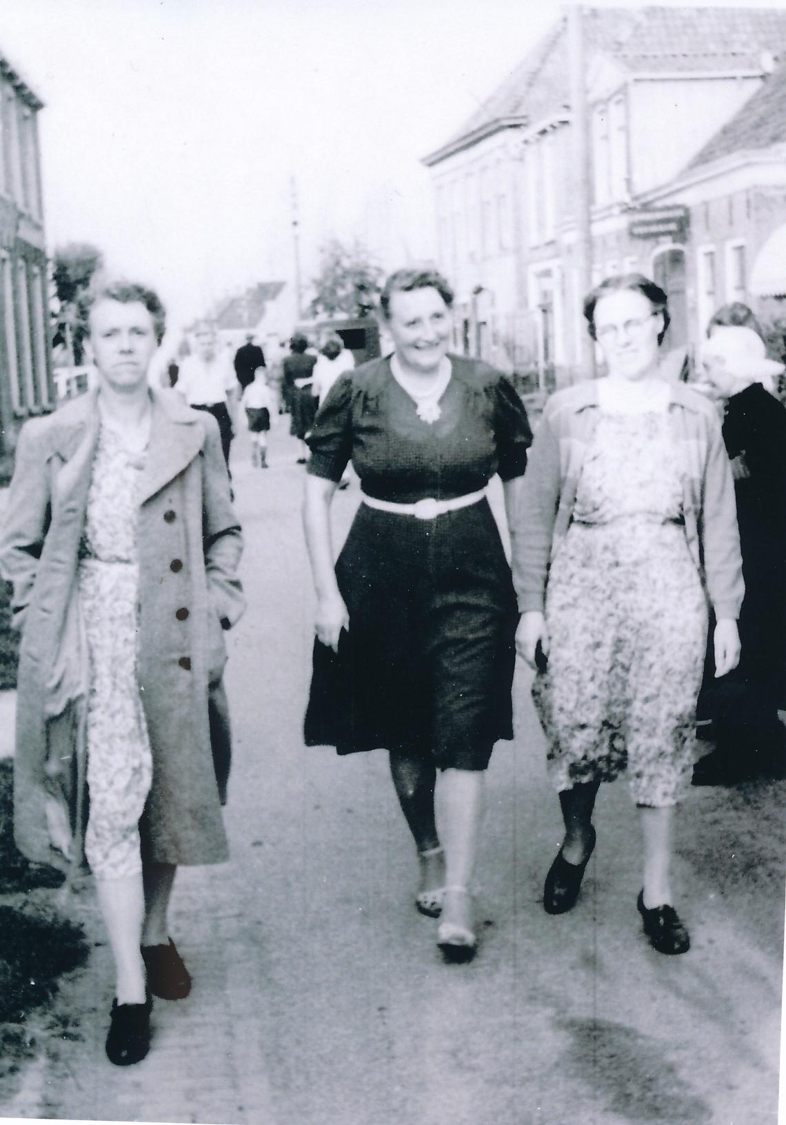 Fotoalbum Andre Kamsma, 050, Hieke Kamsma, Agnes Hoogma en Anna Kamsma-Tekstra op de Doarspstrjitte, jierren 50
