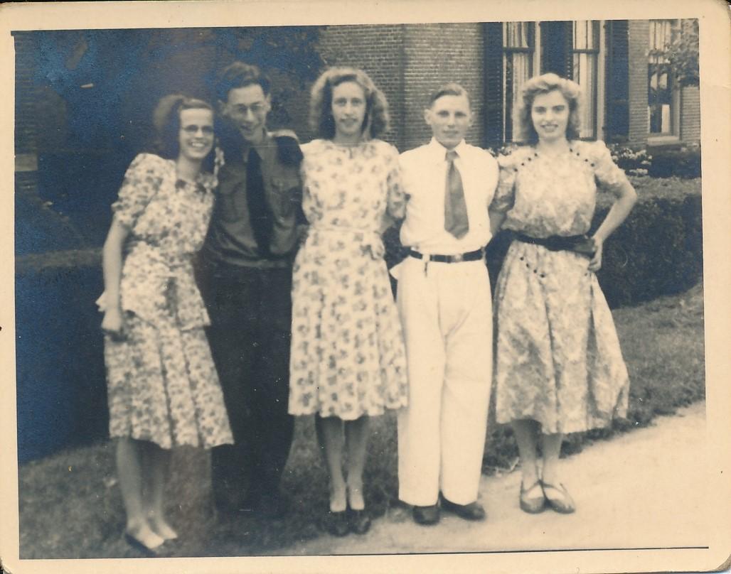 Fotoalbum Andre Kamsma, 051, merke en jubileum 1948, u.o. Griet Palstra, Andre en Julia Kamsma, Meine Boersma