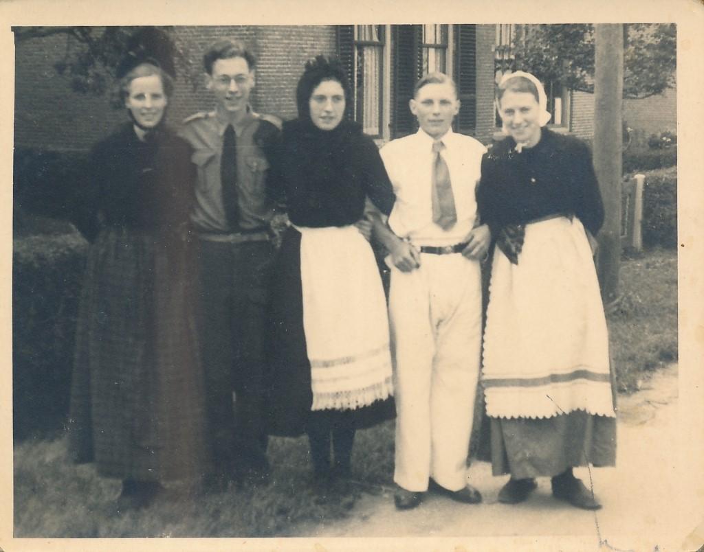 Fotoalbum Andre Kamsma, 052, merke en jubileum 1948, u.o. Andre en Julia Kamsma