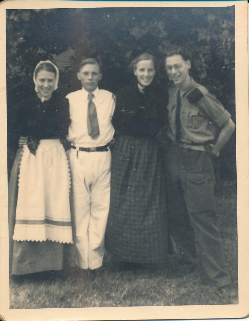 Fotoalbum Andre Kamsma, 053, merke en jubileum 1948, u.o. Andre en Julia Kamsma
