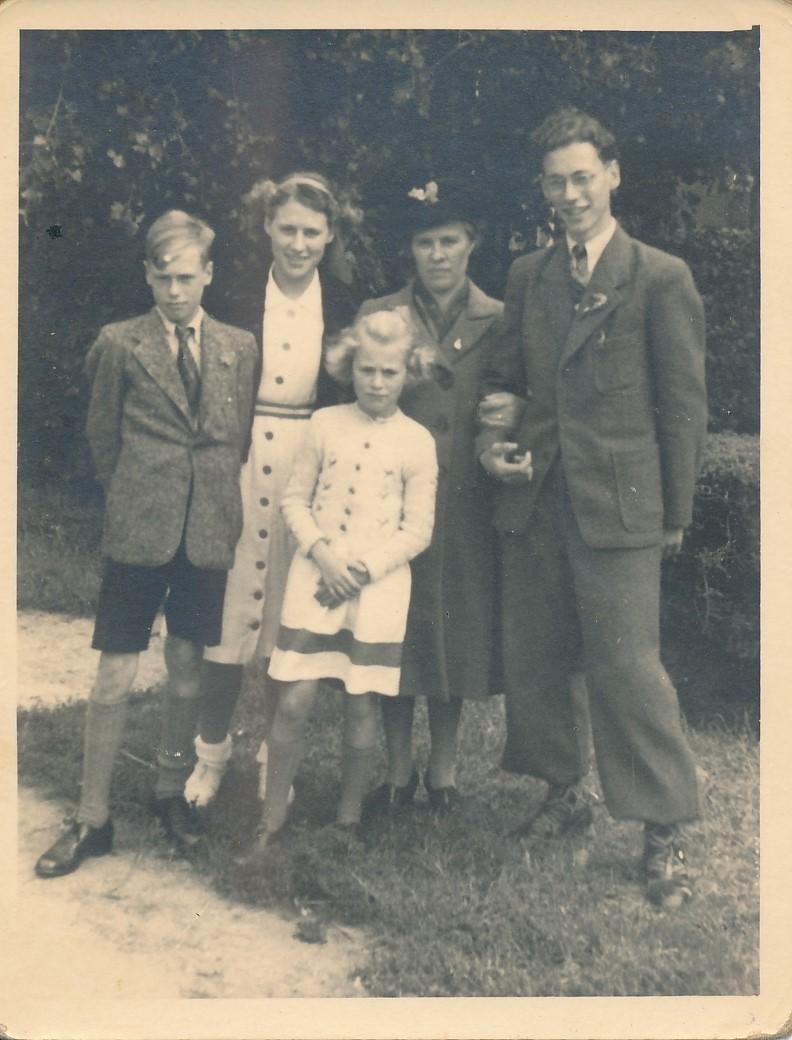 Fotoalbum Andre Kamsma, 055, merke en jubileum 1948, Lauw, Julia, Anna, Andre en Rjimke Kamsma