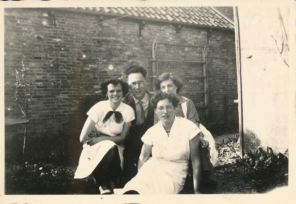 Fotoalbum Andre Kamsma, 058, Griet Palstra, Andre Kamsma, Pietsje fan Omke Minicus, Grietsje Dijkstra, op de Dilledyk, jierren 50