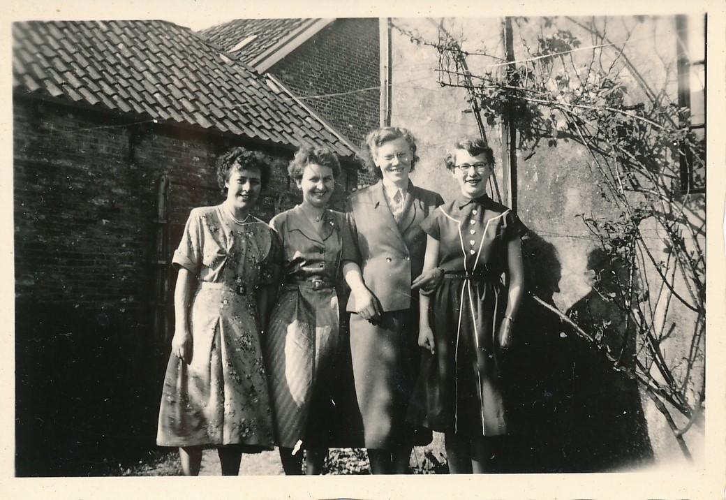 Fotoalbum Andre Kamsma, 059, Tante Agatha, Liesbeth Boersma, Rie Boersma en Rjimke Kamsma op de Dilledyk, jierren 50