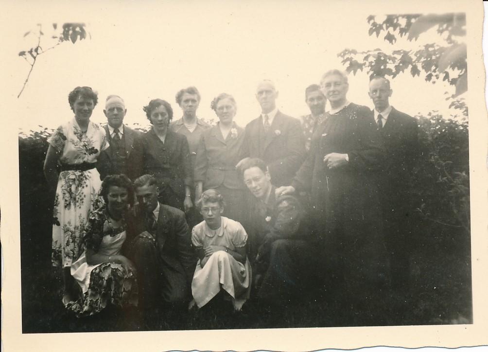 Fotoalbum Andre Kamsma, 063, Julia Kamsma, Dorus, Agatha, Hieke Kamsma, Anna Kamsma-Tekstra, Bauke Kamsma, Janneke, Johanne, Minicus, Liesbeth Boersma, Lauw, Rjimke en Andre, 5-6-1953