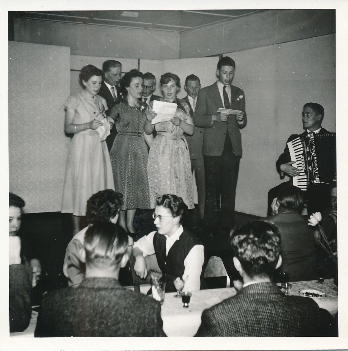 Fotoalbum Andre Kamsma, 083, Houliksfeest fan Hendrine en Frank Monkelbaan, maaie 1957, It Jornakoar