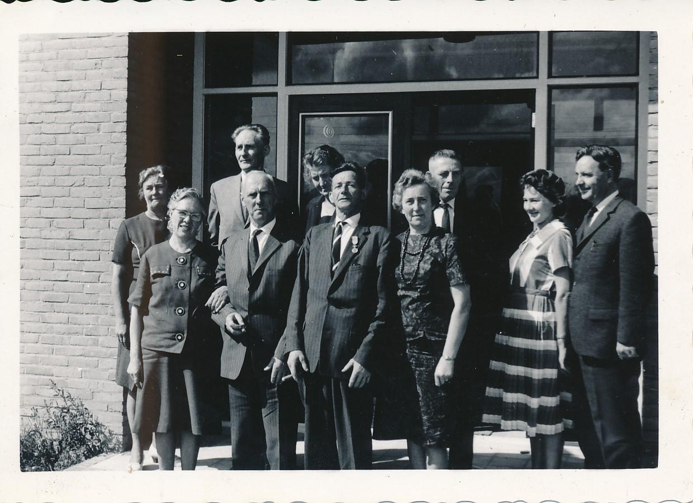 Fotoalbum Andre Kamsma, 089, Foar de yngong van de fabryk Easterwierrum, jier 1958, u.o. Bauke en Anna Kamsma