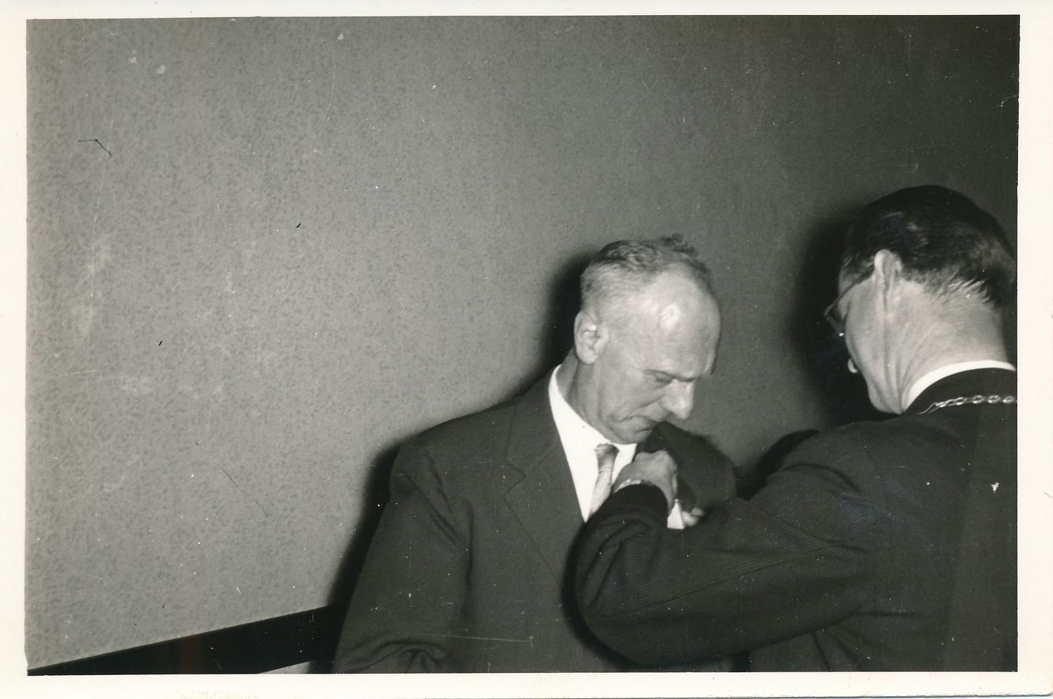 Fotoalbum Andre Kamsma, 092,21 april, 1958, Bauke Kamsma lid in de orde van Oranje Naussau