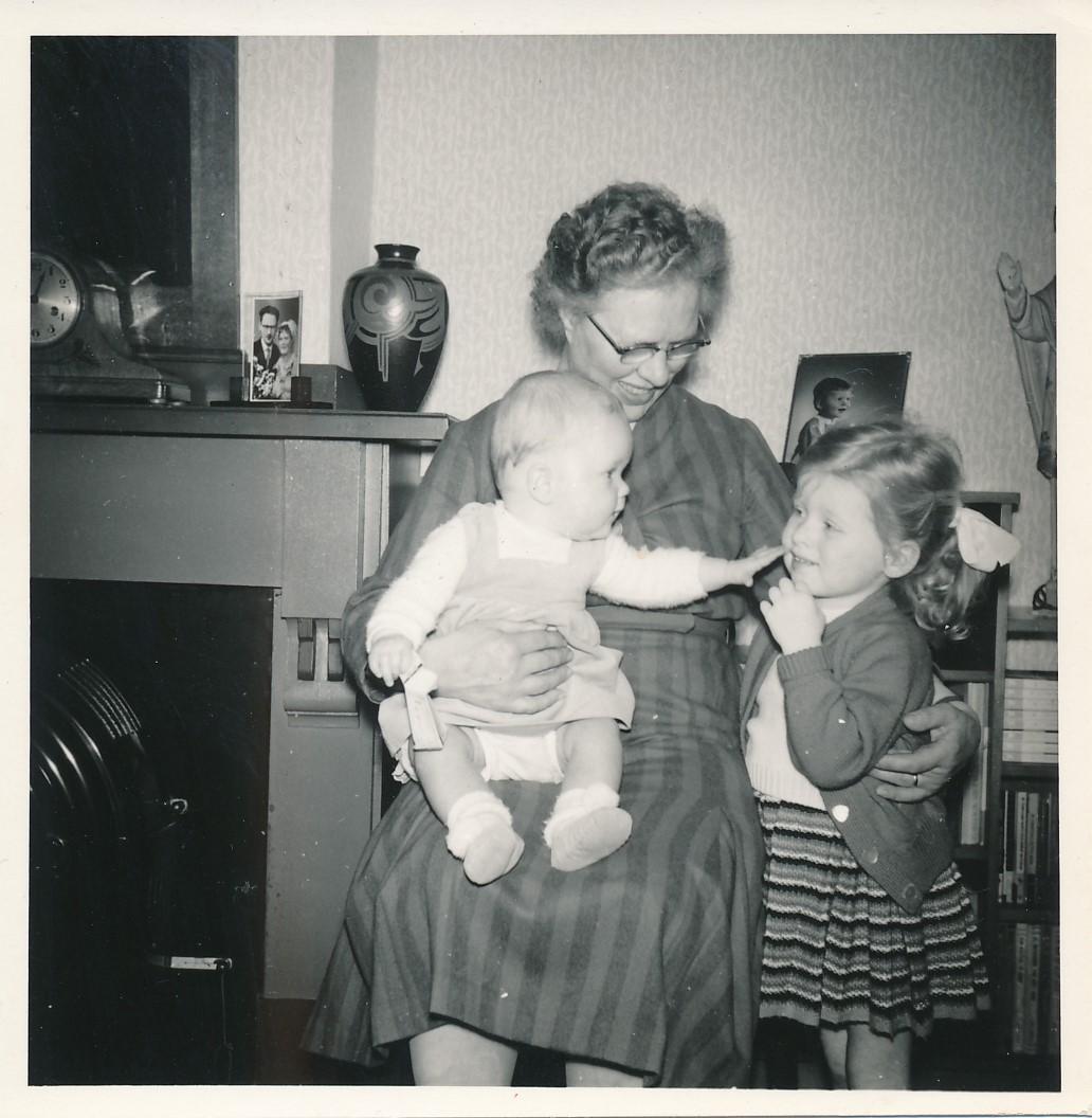 Fotoalbum Andre Kamsma, 095, Anne Kamsma-Tekstra mei lytsbern, jierren 70
