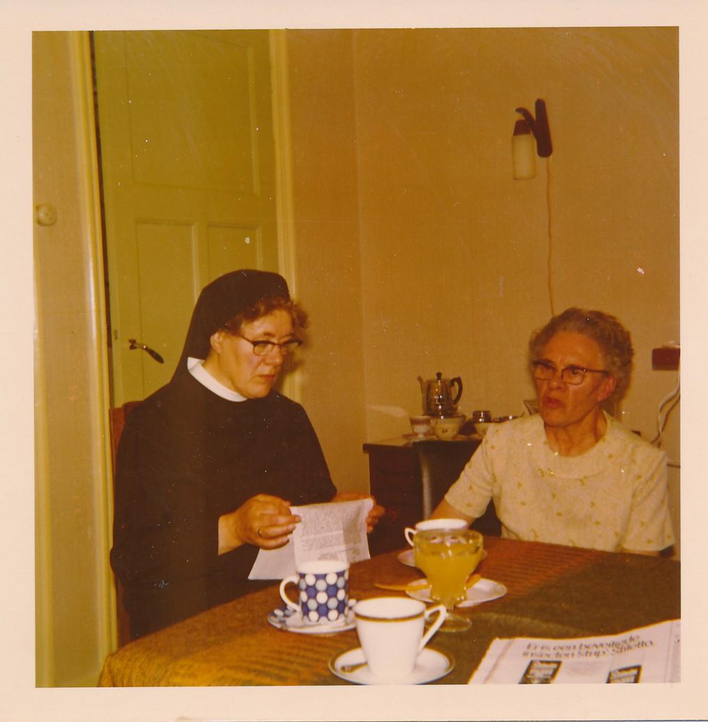 Fotoalbum Andre Kamsma, 096, Tante Hil en Anna Kamsma-Tekstra, jierren 70