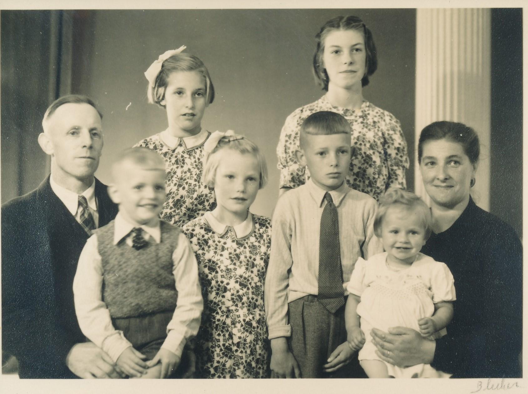 Fotoalbum Andre Kamsma, 109, famylje Minicus en Janneke Kamsma, Pietje, Rimmy, Andre, Lenie, Jan en Hieke, Nico stiet noch net op Foto