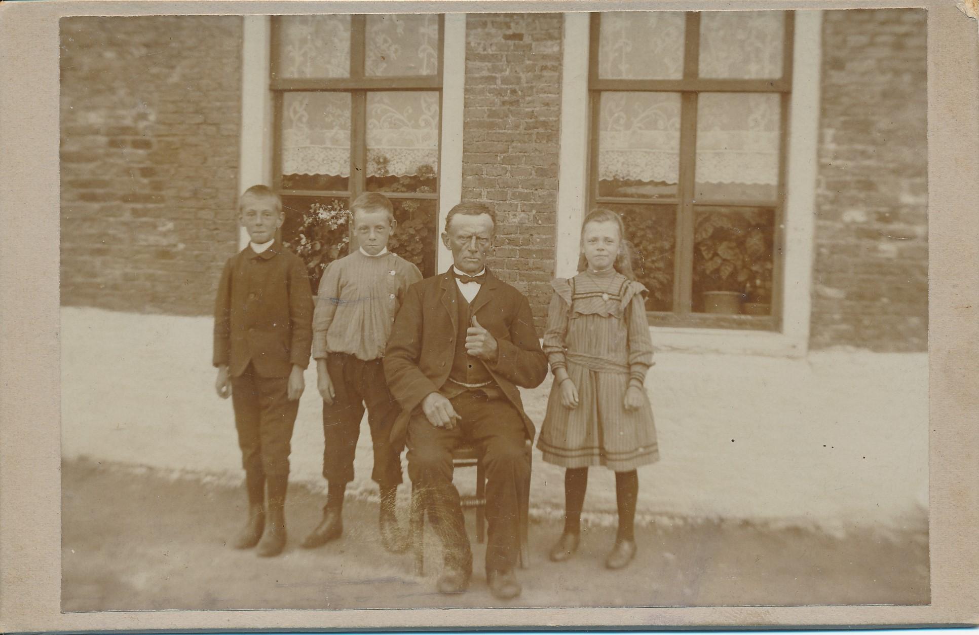 Fotoalbum Andre Kamsma, 116, hus op de hoekje (Hinse en Janke Weiland), tusken Bootsma en A. Stoelinga, Andries Jacobus Kamsma, Bauke, Minicus en Hieke Kamsma, 1912