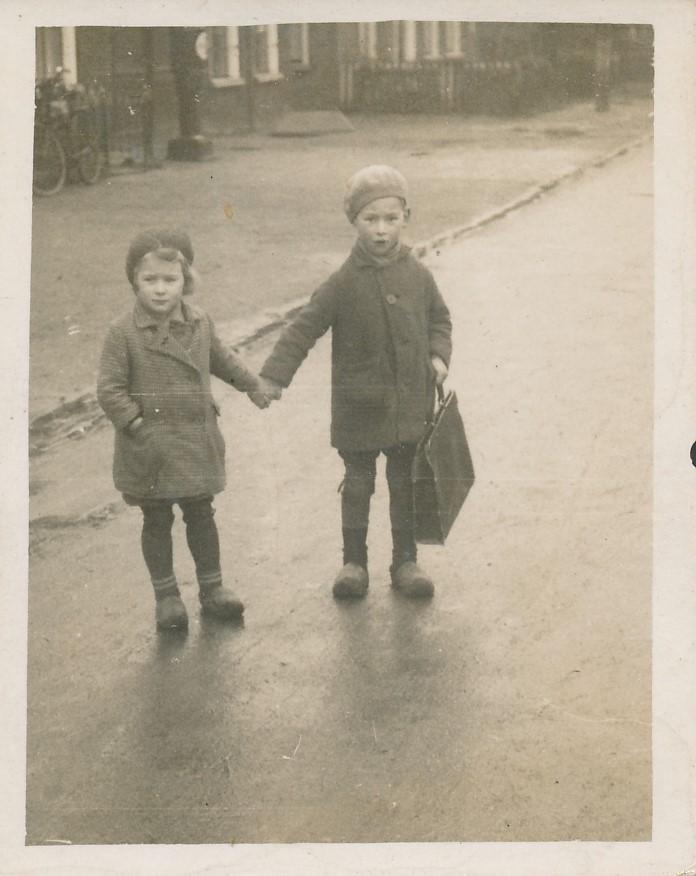 Fotoalbum Andre Kamsma, 145, Andre en Julia boadskipje by Jentsje Piet, 1935-1936