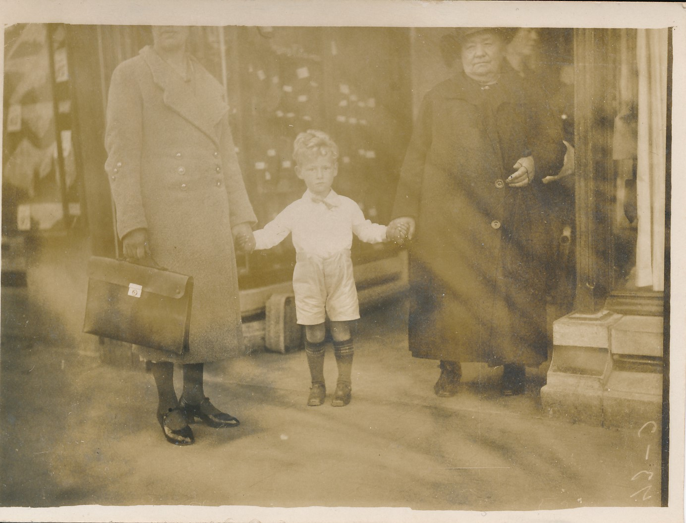 Fotoalbum Andre Kamsma, 146, fan links nei rjochts Anne Kamsma-Tekstra, Andre Kamsma en Otje Palstra, 1935-1936
